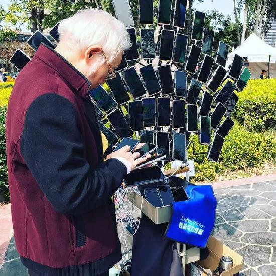 你大爷还是你大爷!老爷爷同时操作67部手机玩《宝可梦GO》
